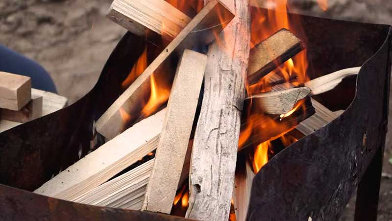 1 –مقداری چوب و هیزم را روی هم انباشته، در هوای آزاد آتش می زنند. این شیوه قرن هاست که در جنگل های شمال اروپا از آن پیروی می شود. ولی اشکالش این است که گازهای متصـاعد از چوب در هوا پراکنده می شود و به هدر می رود. 2 –چوب ها را جمع آوری کرده با نقاله هایی به کوره های مخصوصی می برند. همین که آتش بر افروخته شد، دریچه تنور را می بندد و آن گاه چوب ها در فضایی بسته، به تدریج مبدل به زغال می شوند.